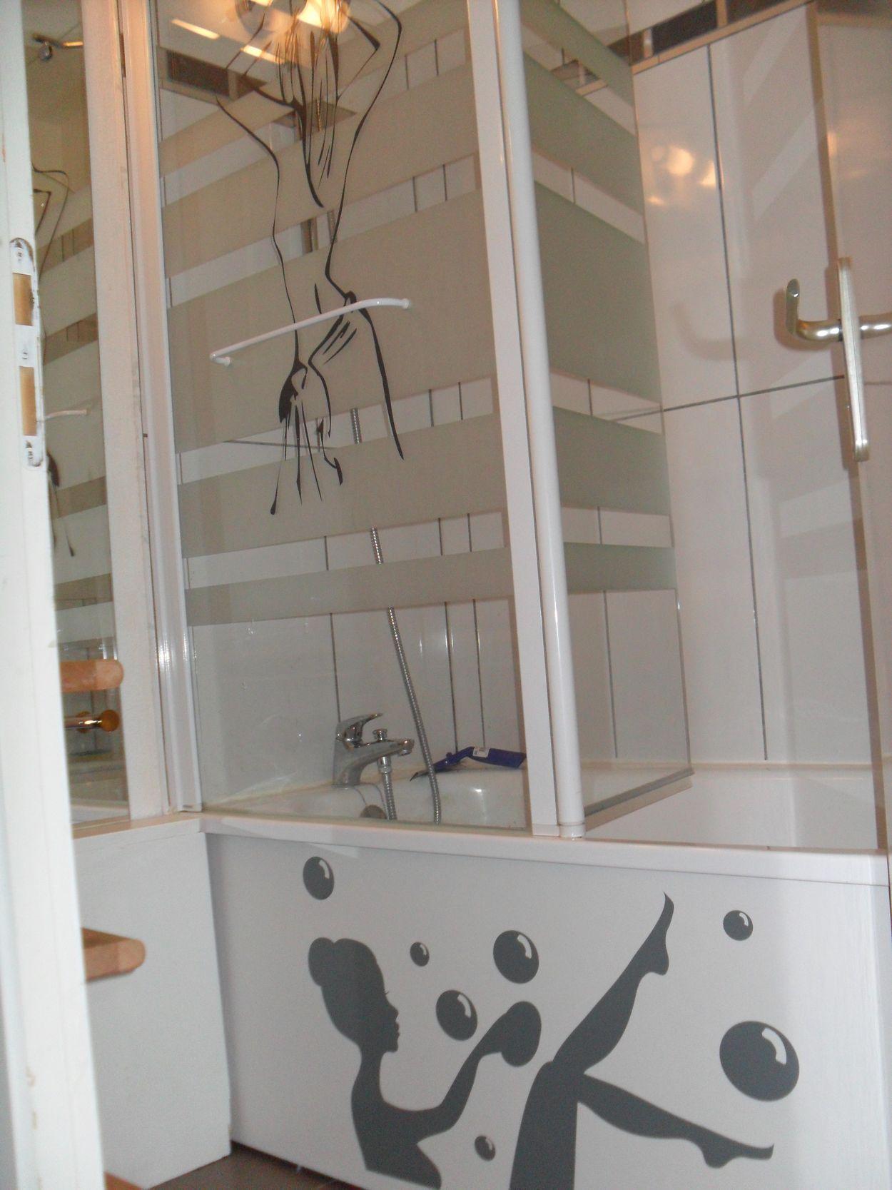 salle d 39 eau cote douche bain. Black Bedroom Furniture Sets. Home Design Ideas